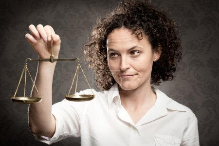 Photo pour Femme d'affaires tenant échelle de justice - image libre de droit