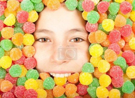 Photo pour Jeune fille enterrée sur des gelées colorées - image libre de droit