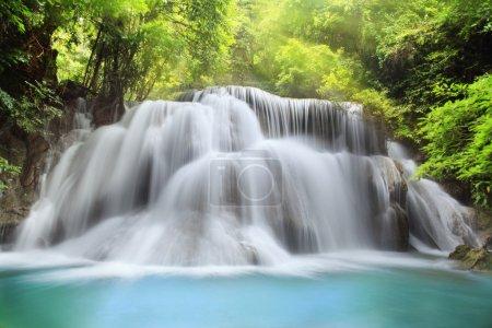 Photo pour Niveau trois de la cascade de Huai Mae Kamin dans la province de Kanchanaburi, Thaïlande - image libre de droit