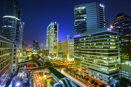 Photo pour Vue de nuit de ville de Bangkok avec l'essentiel du trafic - image libre de droit