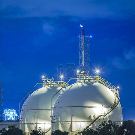 Photo pour Paysage de la sphère réservoir de gaz de stockage et liquide chamical . - image libre de droit