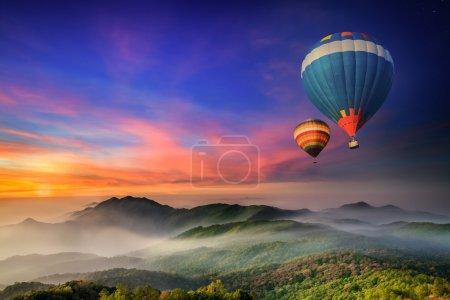 Photo pour Parc national de Doi Inthanon au lever du soleil et route principale à la province de Chiang Mai, Thaïlande - image libre de droit