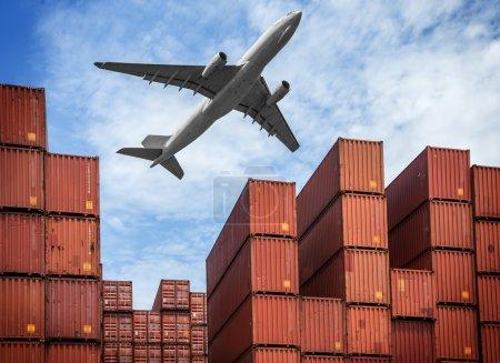 Photo pour Industrialo-portuaire avec air et conteneurs - image libre de droit