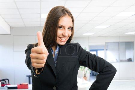 Photo pour Portrait d'une jeune femme réussie - image libre de droit