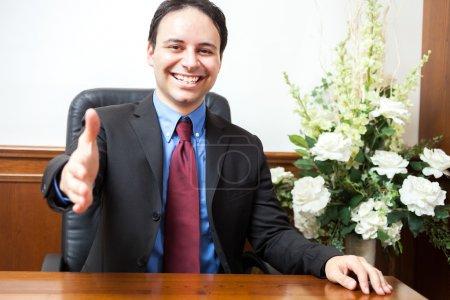 Photo pour Portrait d'un homme souriant dans son atelier - image libre de droit