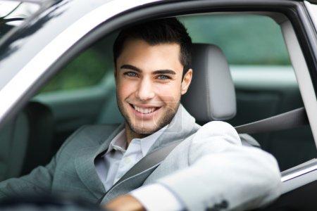 Photo pour Portrait d'un homme au volant de sa voiture - image libre de droit