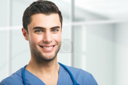 Photo pour Portrait d'un beau docteur - image libre de droit