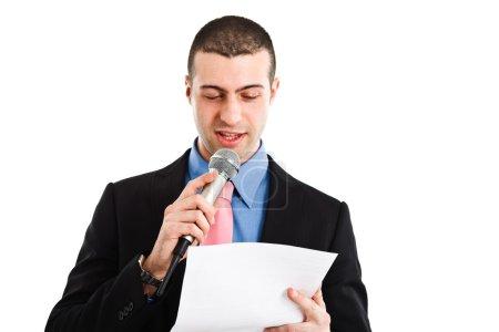 Photo pour Portrait d'un homme parlant dans un micro. isolé sur blanc - image libre de droit