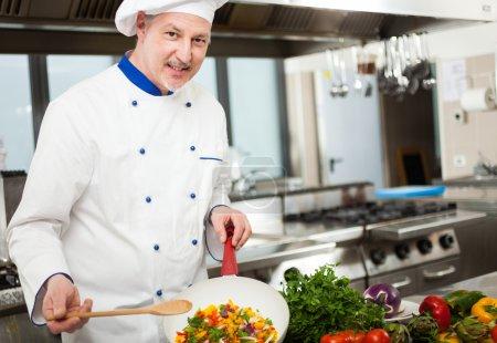 chef de cuisine dans sa cuisine