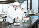 Profesionální kuchaři v práci