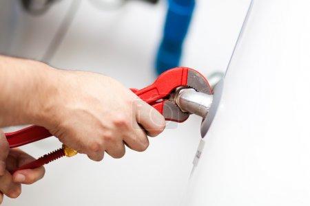 Foto de Técnico de mantenimiento de un calentador de agua caliente - Imagen libre de derechos