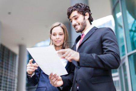 Photo pour Les entreprises lisant un document ensemble - image libre de droit