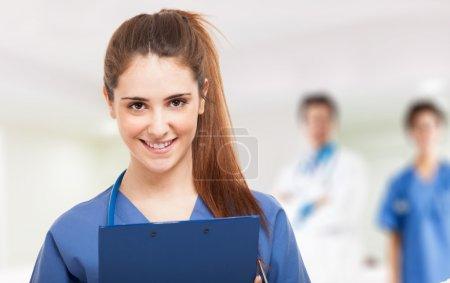 Photo pour Portrait d'une jeune infirmière souriante - image libre de droit