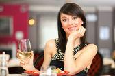 Krásná žena drží sklenici vína