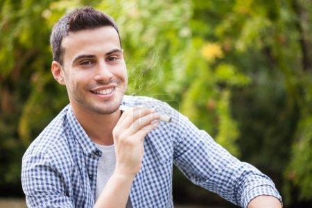 Foto de Hombre que sostiene un cigarrillo electrónico - Imagen libre de derechos