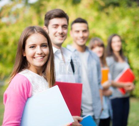 Photo pour Portrait extérieur d'étudiants souriants - image libre de droit