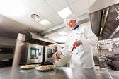 Szakács dolgozik a konyhában