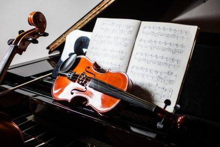 Photo pour Scène musicale classique : violon et partition au piano - image libre de droit