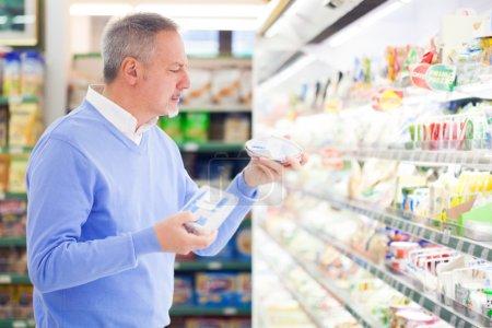 Photo pour Shopping client au supermarché - image libre de droit