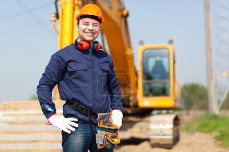 Photo pour Portrait du travailleur sur un chantier - image libre de droit