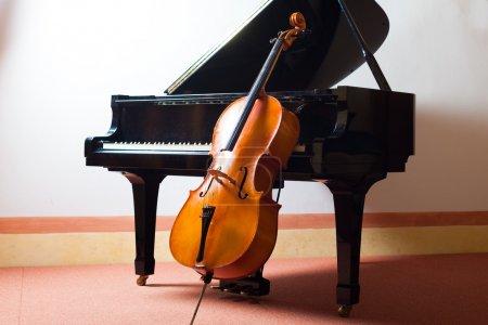Photo pour Le concept de la musique classique : violon, s'appuyant sur un piano - image libre de droit