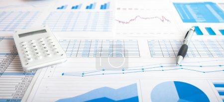 Photo pour Scène de l'entreprise : calculatrice et un stylo sur les documents commerciaux - image libre de droit