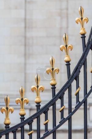 Photo pour Golden fleur de Lis aux portes de Buckingham Palace, Londres, Royaume-Uni - image libre de droit