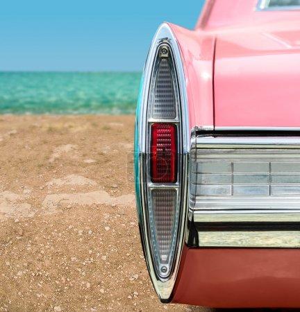Foto de Vintage coche rosa en la playa - Imagen libre de derechos