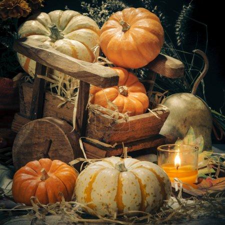 Photo pour Joyeux Halloween citrouilles et bougies nature morte - image libre de droit