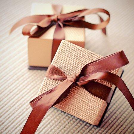 Photo pour Coffrets cadeaux de luxe avec ruban, effet filtre rétro - image libre de droit