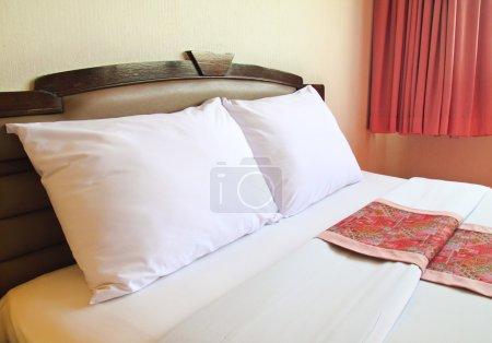 Photo pour Chambre avec lit confortable - image libre de droit