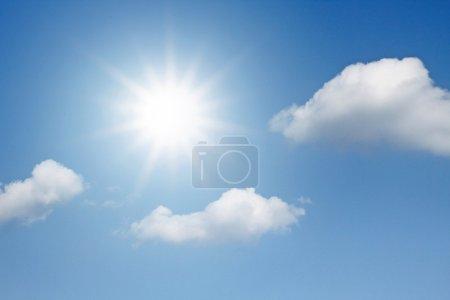 Photo pour Ciel bleu avec des nuages et soleil - image libre de droit