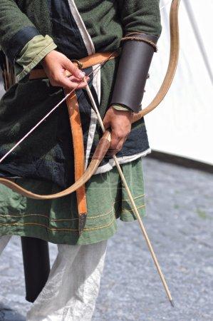Photo pour Archer avec arc et flèche - image libre de droit