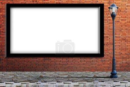 Photo pour Lampe post anglo-saxon rue et vierge sur le mur de briques - image libre de droit