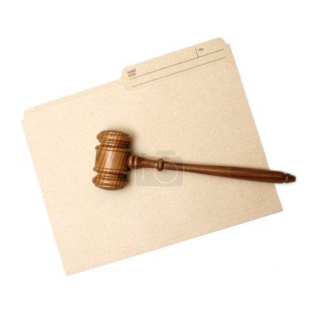 Photo pour Un marteau et un dossier représentent des documents juridiques . - image libre de droit