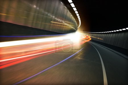 Photo pour Sentiers lumineux de véhicules dans un tunnel - image libre de droit