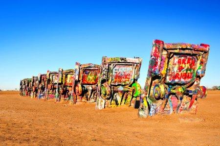 Foto de Cadillac ranch es una instalación de arte público y escultura en amarillio, Tejas, los e.e.u.u., creado en 1974 por chip lord, hudson marquez y doug michels, de la granja de hormigas del grupo arte. - Imagen libre de derechos