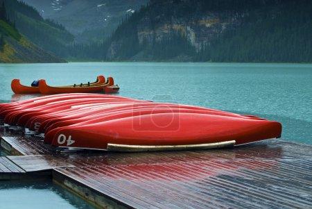 """Photo pour Les canots rouges emblématiques de Lake Louise font un joli contraste de couleurs avec l'incroyable eau turquoise bleue du lac. Situé dans le parc national Banff en Alberta Canada. La couleur de l'eau est naturelle et est causée par la lumière réfléchissant sur le """"flux de roche - image libre de droit"""