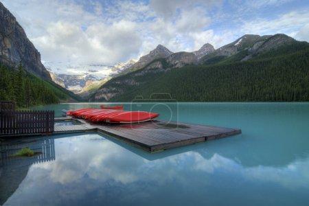 """Photo pour L'incroyable eau bleue turquoise du lac Louise dans le parc national Banff en Alberta Canada. La couleur étonnante est naturelle et est causée par la lumière réfléchissant sur la """"fleur de roche"""" qui est suspendue dans l'eau. Les glaciers broient la roche comme ils - image libre de droit"""