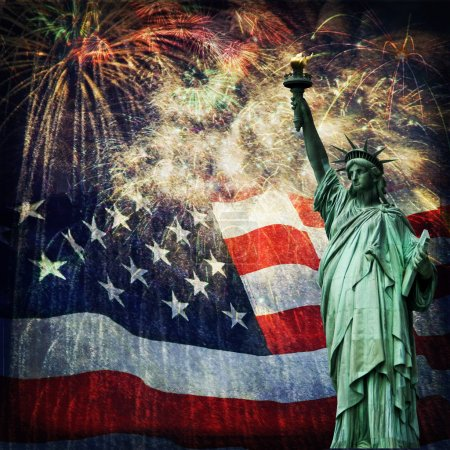 Photo pour Photo composite de la statue de la Liberté avec un drapeau et des feux d'artifice en arrière-plan. Compte tenu d'une superposition de grunge pour un bel effet vieilli. Belle image patriotique pour la fête de l'indépendance, le jour du Souvenir, la fête des anciens combattants et la fête des présidents . - image libre de droit