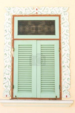 Photo pour Fenêtre du temple chinois avec motif symbolique chinois dessus - image libre de droit