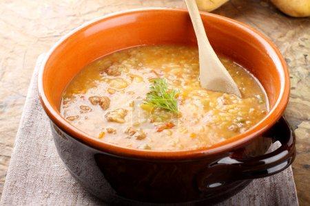 Photo pour Soupe de pommes de terre aux pâtes et boulettes de viande sur fond complexe - image libre de droit