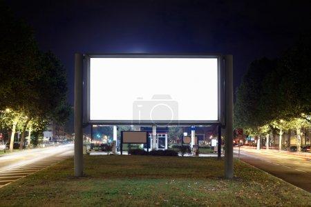 Photo pour Panneau d'affichage vide pendant la nuit, un tracé de détourage inclus - image libre de droit