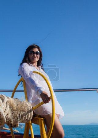 Photo pour Attrayant asiatique fille voile sur un yacht sur été jour - image libre de droit