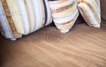Foto de Almohadas y sofá lana interior - Imagen libre de derechos