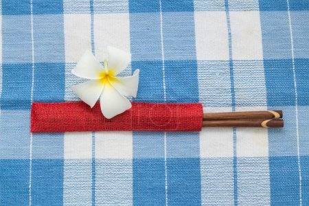 Stäbchen und weiße Frangipani-Blüten