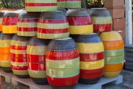 Photo pour Artisanat de pot coloré pour la décoration de jardin - image libre de droit