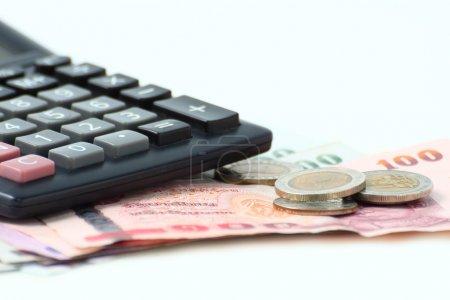 Photo pour Argent comptant et calculatrice sur table - image libre de droit