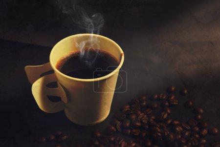 Photo pour Café fumant tasse de papier et les haricots dans le style vintage - image libre de droit