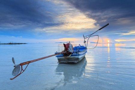 Photo pour Coucher de soleil vue sur la mer avec un bateau à longue queue. - image libre de droit